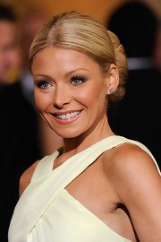 Kelly Ripa wore a pair of 2.5-carat diamond stud earrings set in silver and gold at the 2012 Academy Awards.