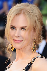 Nicole Kidman shimmered in gold at the 2013 Oscars with gold and black enamel pendant earrings.