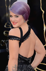 Kelly Osbourne kept her jewelry simple and classic at the Oscars with elegant black diamond earrings.