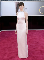 Anne Hathaway showed off her classic and elegant style with a blush-colored column gown at the 2013 Oscars.