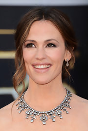 Jennifer Garner kept her look au naturale at the 2013 Oscars, starting with beige lips.