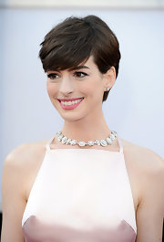 Anne Hathaway swept her locks into a sharp side part for the 2013 Oscars.