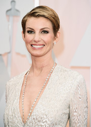 Faith Hill looked cool with her boy cut during the Oscars.