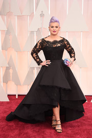Kelly Osbourne worked the Oscars red carpet in a dramatically elegant black lace-panel fishtail gown by Rita Vinieris.