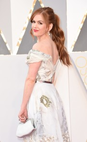 Isla Fisher's white Ferragamo satin clutch and Marchesa off-the-shoulder dress at the Oscars were a classic and elegant pairing!