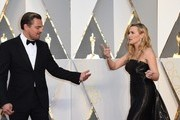 Actor Leonardo DiCaprio (L) and actress Kate Winslet arrive on the red carpet for the 88th Oscars on February 28, 2016 in Hollywood, California. AFP PHOTO / VALERIE MACON / AFP / VALERIE MACON