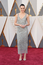 Daisy Ridley made a breathtaking appearance at the Oscars in a beaded gray dress by Chanel Haute Couture.