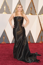 Kate Winslet gleamed on the Oscars red carpet in a strapless black liquid-satin gown by Ralph Lauren.