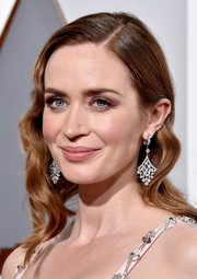 Emily Blunt styled her look with a gorgeous pair of diamond chandelier earrings by Niwaka during the Oscars.