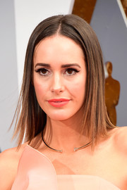 Louise Roe wore her hair in pin-straight, center-parted layers during the Oscars.