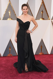 Jennifer Garner kept it timeless in an asymmetrical black off-the-shoulder gown by Versace during the Oscars.
