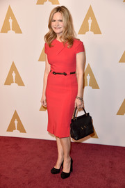 Jennifer Jason Leigh styled her dress with a vintage-chic leather tote.