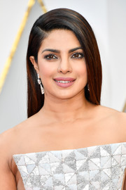 Priyanka Chopra attended the 2017 Oscars sporting a sleek straight hairstyle with a deep side part.