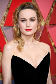 Brie Larson looked beautiful with her half-pinned waves at the 2017 Oscars.