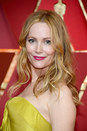 Leslie Mann wore her hair loose with mildly messy waves during the 2017 Oscars.