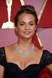 Alicia Vikander dolled up her look with a gorgeous diamond collar necklace by Bulgari.