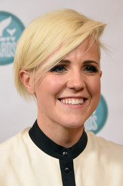 Hannah Hart looked cool with her short side-parted hairstyle at the 2016 Shorty Awards.