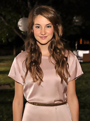 Actress Shailene Woodley looked lovely with her hair down and parted to the side.  She showed off her lovely layed curls at the 8th annual Teen Vogue party.