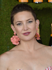 A pair of oversized flower earrings by Rebecca de Ravenel took some edge off Kate Hudson's boyish 'do.