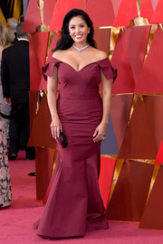 Vanessa Bryant opted for a classic silhouette with this off-the-shoulder burgundy mermaid gown when she attended the 2018 Oscars.