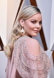 Abbie Cornish opted for a loose wavy hairstyle when she attended the 2018 Oscars.