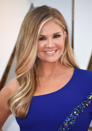 Nancy O'Dell looked glamorous with her gently wavy hairstyle at the 2018 Oscars.