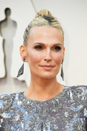 Molly Sims attended the 2019 Oscars wearing her hair in an edgy bun.