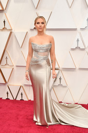 Scarlett Johansson stunned in a strapless gold corset gown by Oscar de la Renta at the 2020 Oscars.