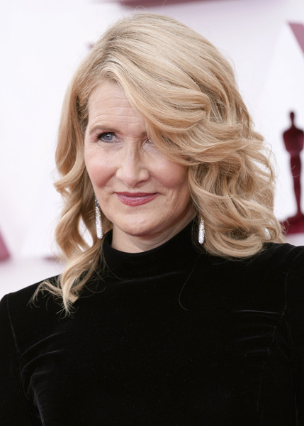 Laura Dern looked glam with her shoulder-length curls and side-swept bangs at the 2021 Oscars.