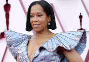 Regina King wore her hair in a short straight style with a center part at the 2021 Oscars.
