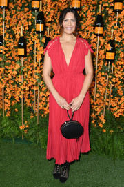 Mandy Moore paired her dress with an oval-shaped leather wristlet.