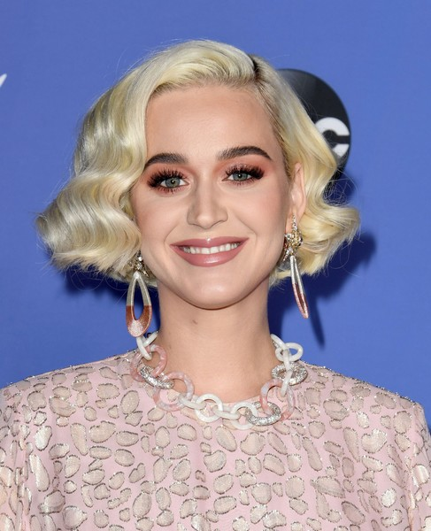 Katy Perry completed her accessories with a crystal and acetate link necklace by Lele Sadoughi.