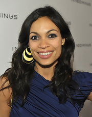 Rosario Dawson added some gleam to her navy dress with gilded hoop earrings. She topped her look off with a subtle swipe of midnight blue shadow.