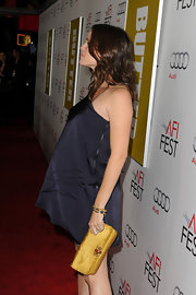 Jennifer Garner accented her navy mini dress with a gold matte satin clutch.
