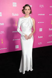 Maia Mitchell oozed vintage glamour in a white one-sleeve gown by The 2nd Skin Co. at the ALMAs 2018.