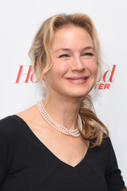 Renee Zellweger's layered pearls and black outfit were a classic pairing.