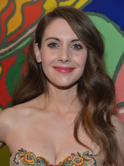 Alison Brie wore her hair in a lovely cascade of waves during the 'Mad Men' season 7 premiere.