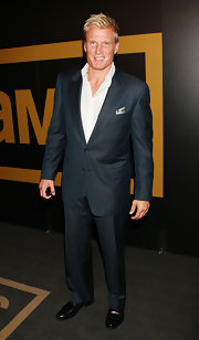 Dolph sports his signature tie-less jacket and white button-down look at this Emmy awards after party.  Very suave!