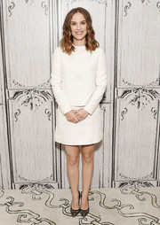 Natalie Portman completed her minimalist outfit with a white mini skirt, also by Valentino.
