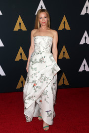 Leslie Mann looked darling at the Governors Awards in a Monique Lhuillier strapless gown featuring a layered skirt and an Oriental-inspired print.