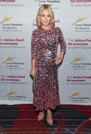Kelly Ripa complemented her dress with a pair of pink glitter pumps.