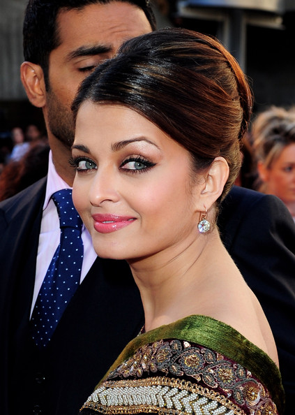 Aishwarya Rai arrives at the World Premiere of Raavan at the BFI ...