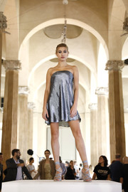 Hailey Baldwin looked sophisticated in a strapless silver mini dress at the Alberta Ferretti show.