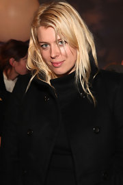 Amanda de Cadenet managed to look great with light makeup and her layered hair worn down at a fashion collection launch.