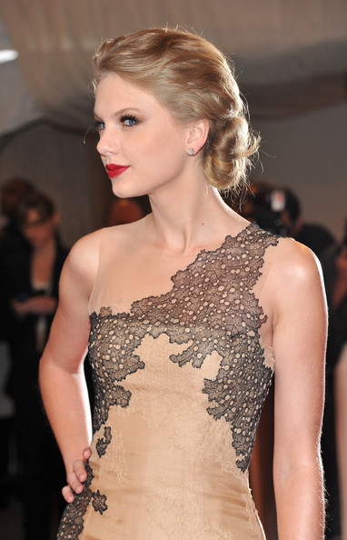 Taylor Swift's Red Lips & Low Twisted Bun