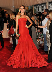 Gisele Bunchen looked radiant in red at the 2011 Met Gala. The supermodel teamed her floor length gown with side swept curls and a Knuckle Duster clutch.