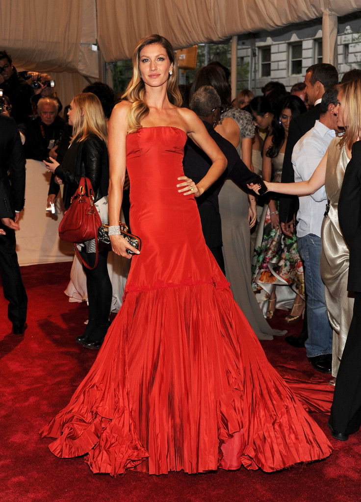 "Model Gisele Bundchen attends the ""Alexander McQueen: Savage Beauty"" Costume Institute Gala at The Metropolitan Museum of Art on May 2, 2011 in New York City."
