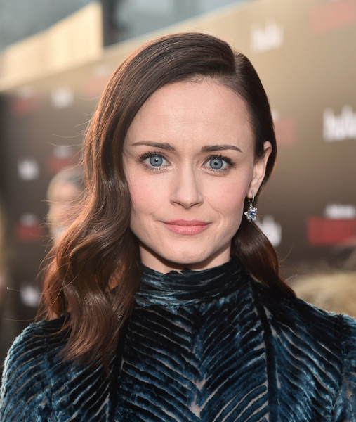 Alexis Bledel Medium Wavy Cut [the handmaids tale,season,red carpet,hair,eyebrow,beauty,human hair color,hairstyle,chin,fashion model,long hair,cheek,brown hair,alexis bledel,hulu,tcl chinese theatre,california,premiere,premiere,season]