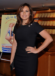 Mariska Hargitay wore shiny jet nail polish while attending Ali Wentworth's book launch.