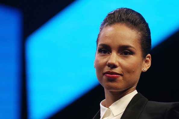 Alicia Keys Short Straight Cut [face,head,forehead,speech,spokesperson,cheek,human,businessperson,public speaking,event,phone,alicia keys,new operation system,mobile operating system,manhattan,pier 36,blackberry unveils,blackberry global,blackberry 10,launch event]
